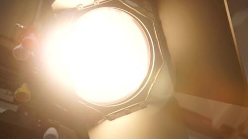 Im Studio Das Suchscheinwerfer mit Fresnels Objektiv