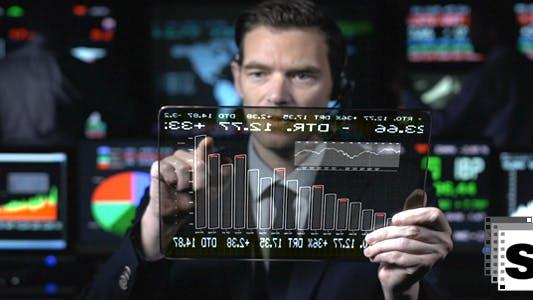 Thumbnail for Geschäftsmann suchen futuristische Tablet