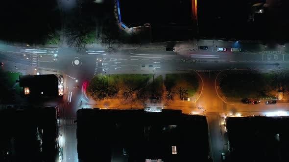 Thumbnail for Vogelperspektive einer Stadt an einem Freitagabend mit Autos und Revellers