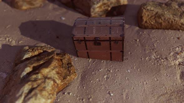 Boîte à trésor en bois sur la plage