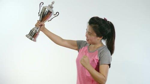 Femme asiatique tenant le trophée et le bonheur