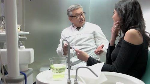 Gespräch von Doktor und Patient.