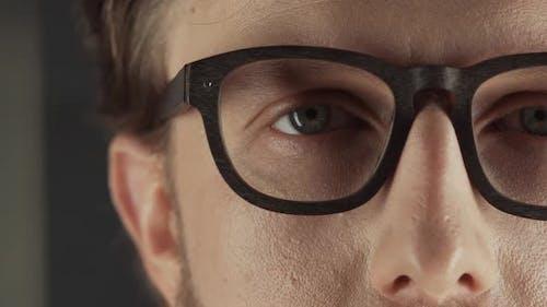 Geschäftsmann in Anzug und Brille betrachtet das Kameraporträt eines Mannes ProRes