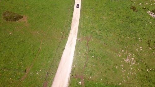 Luftaufnahmen der hügeligen Straße mit Fahren Einsam Auto