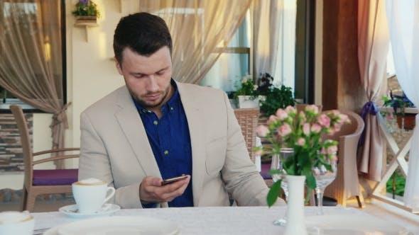 Thumbnail for Ernst und verwirrt Mann Lesen SMS auf dem Telefon