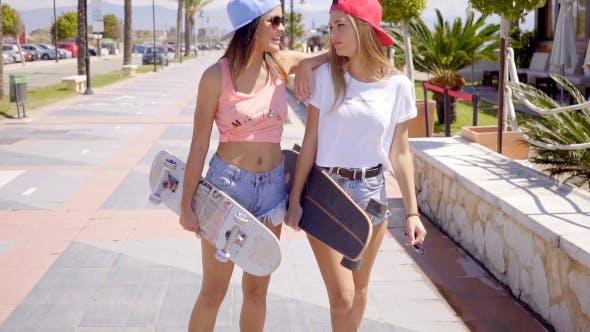 Niedlich Freunde in Shorts mit Skateboards