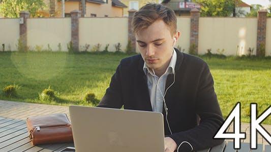 Thumbnail for Student arbeiten an einem Laptop