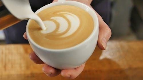 Herstellung von Latte Art Kaffee