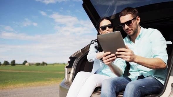 Thumbnail for Couple Avec Tablette Pc À Hatchback Voiture Tronc 23