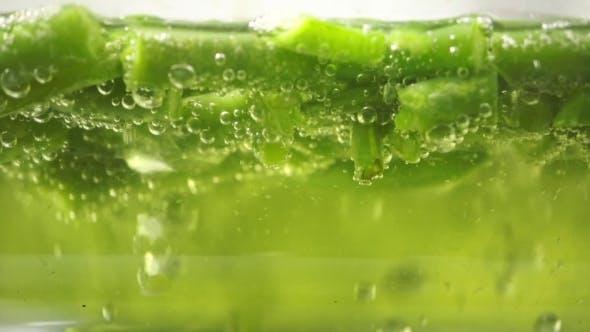 Thumbnail for Grüne Bohnen in kochendem Wasser in einer Glaspfanne