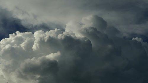 Fluffy weiße Wolken