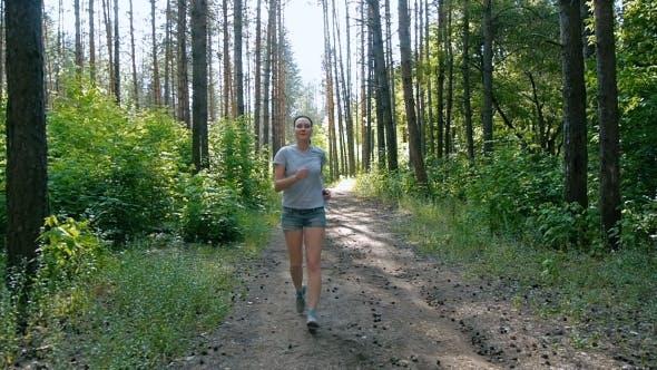 Gesunde Lebensweise Frau Laufen im Wald Fitness