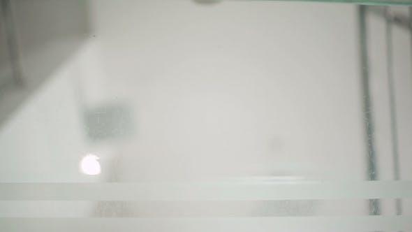 Thumbnail for blick auf die sohlen durch die glas boden