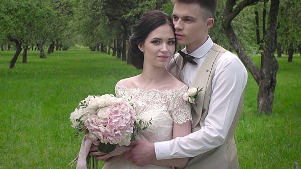 Thumbnail for Stilvoller Bräutigam, junge Braut