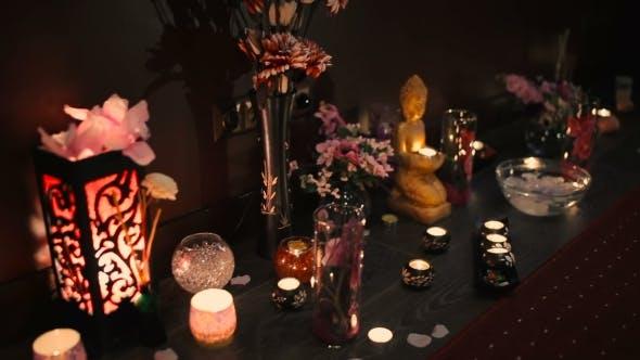 Thumbnail for Kerzen, die auf dem Boden im Salon stehen.