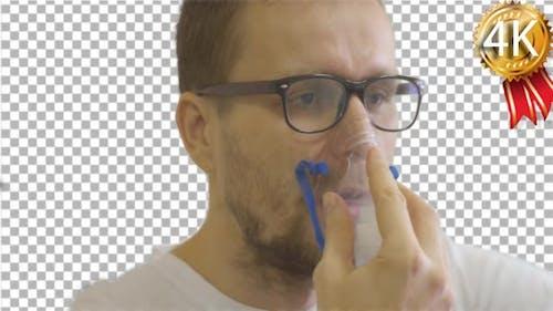 Mann in Brille Patient sitzt in einer Station eines