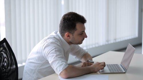 Mann beobachten ein Video in der office