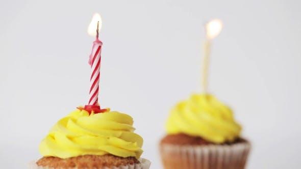 Thumbnail for Geburtstags-Cupcakes mit brennenden Kerzen
