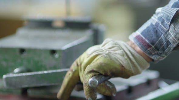 Thumbnail for Worker Drilling Metal in der Werkstatt
