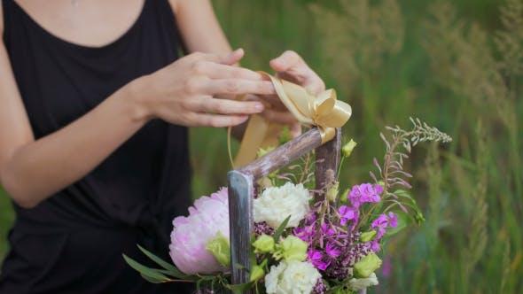 Thumbnail for schlanke Mädchen in schwarz Kleid Werke von Blumen bei Sonnenuntergang