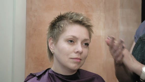 Cover Image for Hairdresser Arranges And Styles Short Hair Blond