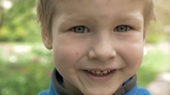 Thumbnail for Porträt von Smiley und glücklich junge Blick auf Kamera