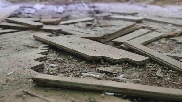 Zerbrochenes Parkett im verlassenen Krankenhaus