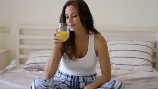 Thumbnail for junge Frau genießen ein Glas Orangensaft