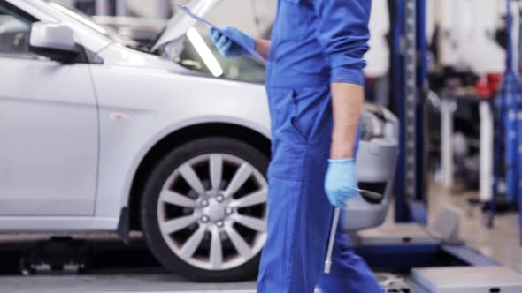 Thumbnail for Mechaniker Mann mit Schraubenschlüssel Reparatur Auto in Werkstatt 39