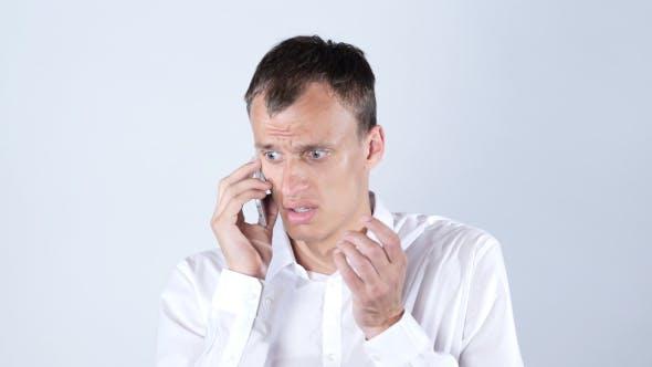 Thumbnail for Trauriger Geschäftsmann Telefonanruf, großer Verlust