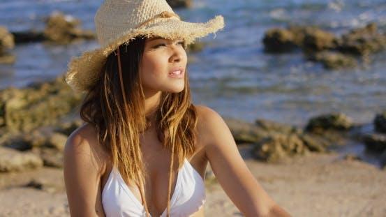 Schöne Frau In Hut Und Bikini Nahe Ozean