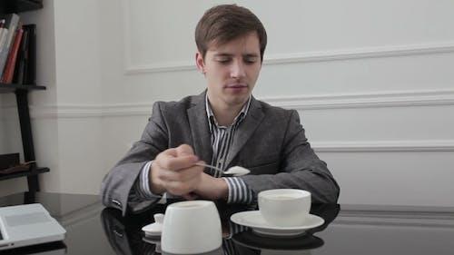 Arbeiter legt Zucker in die Tasse und rühren.