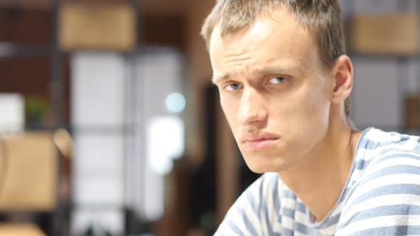 Thumbnail for Porträt von traurigen Mann im Büro