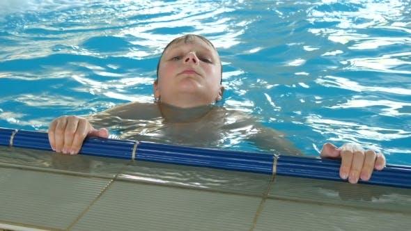 Thumbnail for glücklich lächelnd junge in die pool