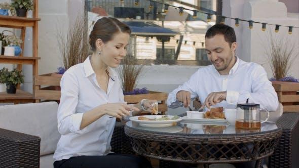 Thumbnail for Selbstbewusste Geschäftspartner in Anzügen diskutieren Vertrag während Business Lunch.