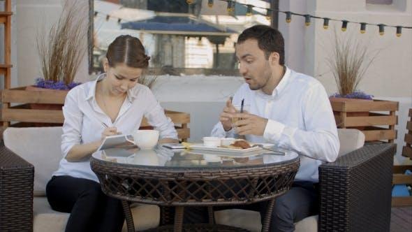 Thumbnail for Gruppe von Geschäftsleuten diskutieren über Zukunftsplan im Cafe