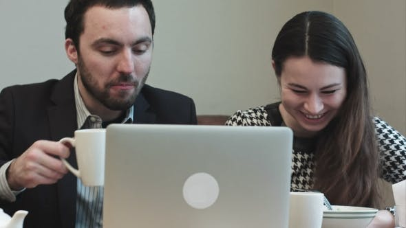 Thumbnail for Kollegen bei Cafe Blick auf Laptop Bildschirm und Lachen