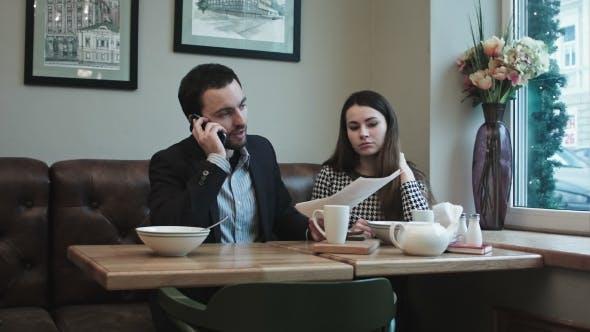 Kollegen im Cafe