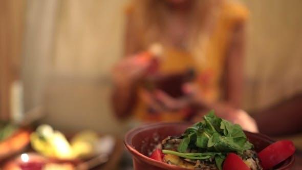 Thumbnail for der charmante blonde Frau genießen ein Mittagessen