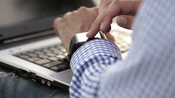 Homme d'affaires regarder le temps sur une montre intelligente