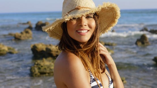 Thumbnail for glücklich hübsch junge Frau auf einem steinigen Seashore