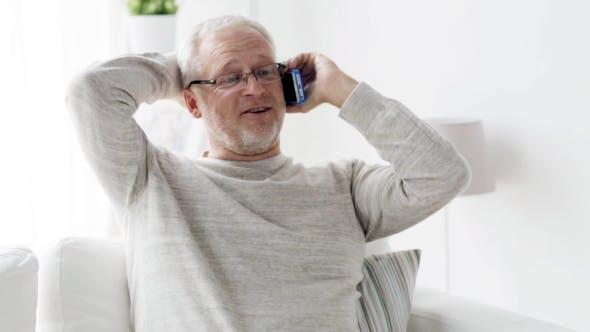 Thumbnail for Happy Senior Man Anruf auf Smartphone zu Hause 99