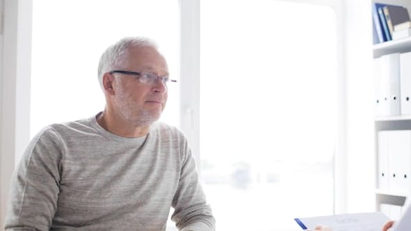 Thumbnail for Senior Mann und Arzt treffen im Krankenhaus 40