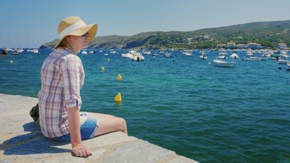 Thumbnail for Frau Blick auf den schönen Hafen mit Booten und Yachten