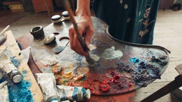 Thumbnail for Frau Künstler Mischen Ölfarbe auf einer Palette