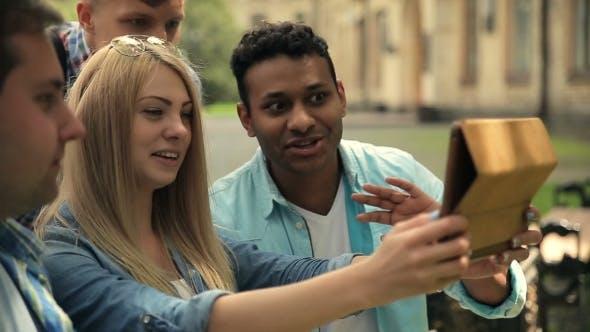 Thumbnail for Schüler chatten mit Freund mit Tablet