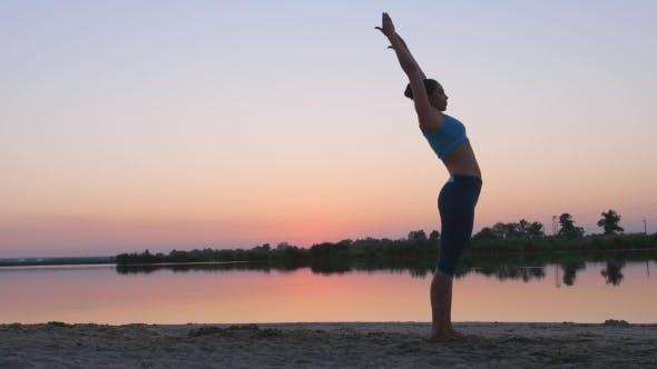 Thumbnail for Mädchen bei Sonnenuntergang zeigen gymnastische Übungen