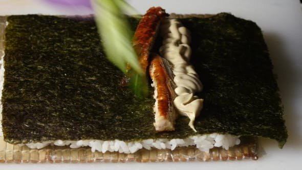 Thumbnail for Sushi Master Puts a Filling on a Nori