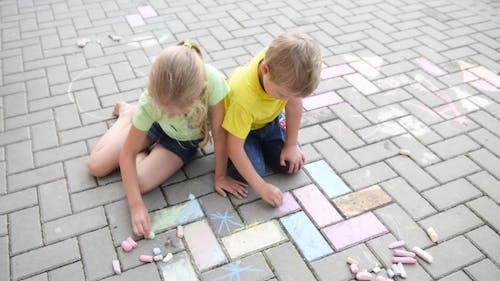 Kinder Malerei mit Kreide