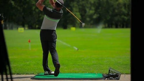 Der Mann spielt Golf im Golf Club
